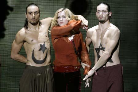 """Madonna interprète la chanson """"Forbidden Love"""" pendant son concert """"Confessions Tour' entre deux danseurs qui abordent des tatouages de l'Étoile de David et le Croissant de Lune, deux symboles de Islam."""